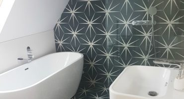 Can strong colours and patterned tiles work in a small bathroom?